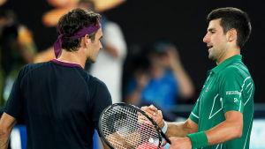 Roger Federer gratulerar Novak Djokovic efter matchen.