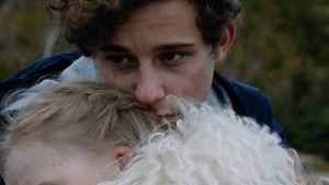 Charlie Gustafsson spelar rollen som Gabriel Klint i serien med samma namn. Här håller Gabriel om Abby.