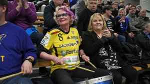 Marina Tolonen och Carita Liljendal bland Lovisa Tor supportrar.