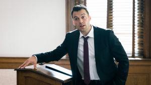 Kanadalainen draamasarja asianajajasta, joka joutuu tekemään hypyn tuntemattomaan.