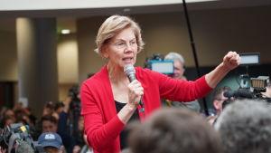 Elizabeth Warren talar inför publik i Indianola, Iowa.