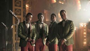 Neljän nuoren mustan miehen yhtye poseeraa. Kuva Kathryn Bigelow'n elokuvasta Detroit.