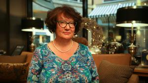 Kirjailija Monika Fagerholm istuu Helsinkiläisessä Fabian 6 -hotellin aulassa