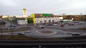 Kalevan Prisma Tampereella, edessä rautatie
