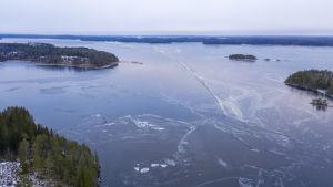 isbeklädd sjö (Saimen). Bilden är tagen uppifrån med en drönare.