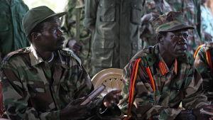 Joseph Kony (till vänster) år 2006 i Ri-Kwamba i Sydsudan.