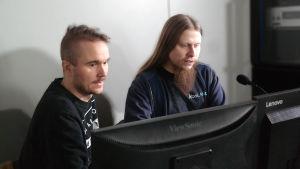 John Kronberg och Tony Karlsson sitter bakom dataskärmar