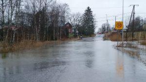 Översvämning på en väg, vintern 2015.
