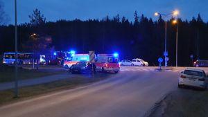Ambulanser och flera andra bilar står i en korsning där det skett en trafikolycka.