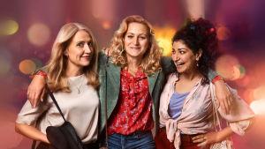 Tre väninnor i serien Dejta som ler mot varandra och kameran.