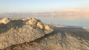 Kuollutmeri suolan peittämine rantoineen on ainoa laatuaan maailmassa.