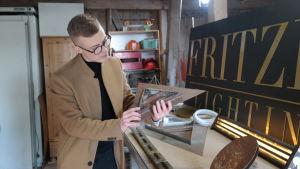 Björn Fritzén visar upp en prototyp till en lampa