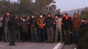 Demonstranter blockerade en av vägarna mot det tilltänkta nya flyktinglägret nära Madamados, på Lesbos, på tisdag morgon.