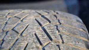 Närbild på mönsterdjupet på ett däck.