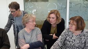 En kurs där turistföretagar får lära sig hur Tripadvisor fungerar. På bilden Kirsi Mikkola, Tarja Kvarnström, Alexandra Stoor och Barbara Rehnström.