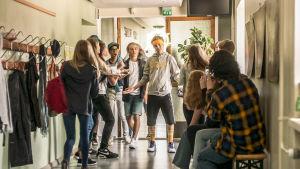 Scen ur den finlandssvenska komediserien Virala genier
