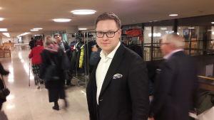 Daniel Sazonov från samlingspartiet utanför fullmäktigesalen i Helsingfors.