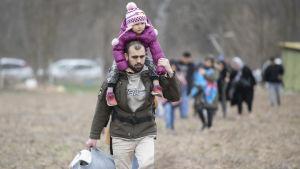 Migranter på väg mot Turkiets gräns mot Grekland.