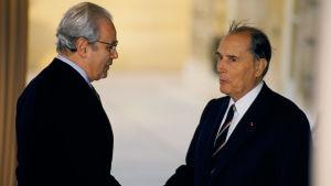 Javier Perez de Cuellar kallade sig själv för pacifist. Här skakar han hand med Frankrikes president Francois Mitterand år 1990.