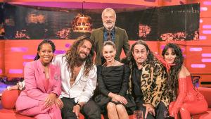 Graham Norton ja show'n vieraat Regina King, Emilia Clarke, Ross Noble, Jason Momoa ja Camila Cabello sohvan äärellä.