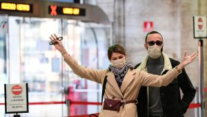 Presumtiva passagerare gestikulerade intill stängda biljettluckor på järnvägsstationen i Milano på söndagen.