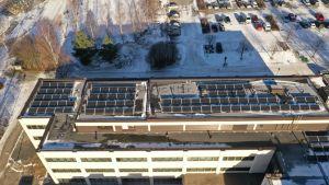aurinko paneeleja kaupungintalon katolla