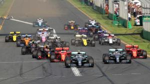 Formel 1-bilar i farten.
