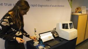 Produktchef Jenna Mäkilä presenterar diagnostiseringssystemets funktion.