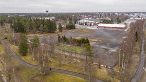 ilmakuvaaa jäähallin takaa tyhjä kenttä jossa on puita