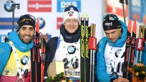 Martin Fourcade, Johannes Thingnes Bø och Emilien Jacquelin på prispallen.