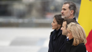 Espanjan kuningas Felipe VI ja kuningatar Letizia osallistuivat terrori-iskujen muistojuhlaan Ranskan presidentin Emmanuel Macronin ja tämän puolison Brigitte Macronin kanssa Pariisissa Ranskassa 11. maaliskuuta 2020.