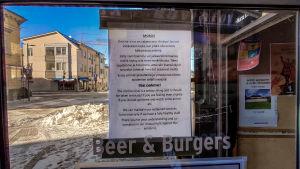 Oulun Kauppuri 5 ravintolan ovessa ilmoitus Korona-viruksesta