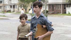 På bilden en scen ur tv-serien The plot against America där karaktärerna bröderna Levin syns. Två brunhåriga pojkar, en kortare och en längre.