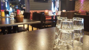 Laseja pöydällä