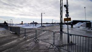 Putkiaita Suomen ja Ruotsin rajalla Torniossa, taustalla Haaparannan kaupunki