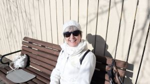 Kvinna sitter i solen.