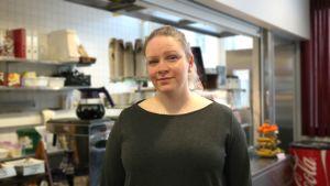 Johanna Lindström står framför disken i ett café