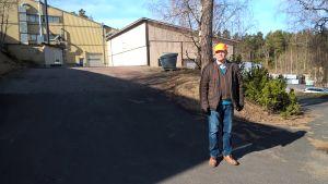Anssi Seppinen, vd för GVK utanför fabriken.