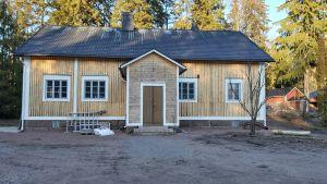 Gult trähus som tidigare varit skolbyggnad.
