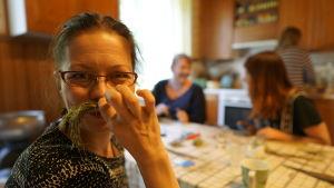 Toimittaja Riikka Kaihovaara pitää nokkoskuitua viiksinä.