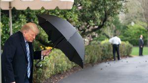 President Trump lämnade Vita huset på lördagen för att flyga till Virginia och delta i en avgångsceremoni för flottans sjukhusfargyg som är på väg mot New York.