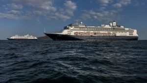Zaandams systerfartyg Rotterdam (i förgrunden) har kommit till undsättning för att leverera förnödenheter och evakuera friska passagerare. De båda fartygen fotograferade i Panamaviken på lördagen.
