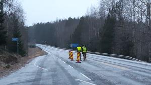 Försvarsmaktens beväringar övervakar gränsen Nyland-Egentliga Finland på Svartåvägen i Lojo.