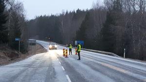 Två beväringar från försvarsmakten stannar en bil från Egentliga Finland som vill till Nyland.