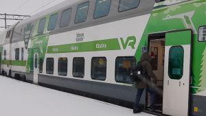 Personer kliver på ett tåg i Karis.