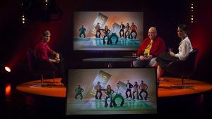 De Eurovisa Johan Lindroos och Eva Frantz med sångaren Jannika B tittar på Rysslands Eurovisionsbidrag.
