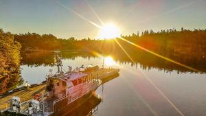 Solnedgång och sjöbevakningsbåt.