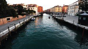 Venedigt kanaler är tomma på trafik i mars 2020.