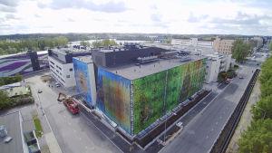 Ilmakuva Mikkelin keskussairaalasta. Etualalla Perhetalo, jonka ulkoseinissä taideteos.
