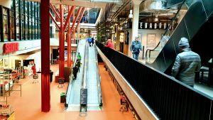 De estniska köpcentret är i princip stängda, med undantag för livsmedelsbutiker och apotek.